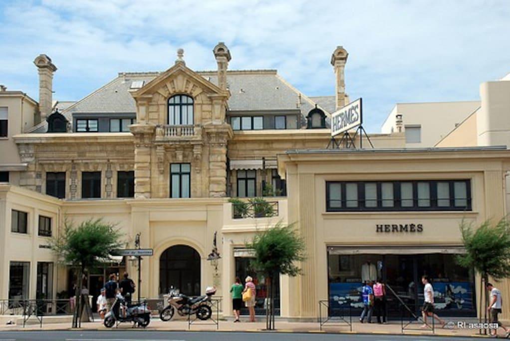Building main entrance. Entrée de la villa, côté ville (à gauche de la boutique Hermès).