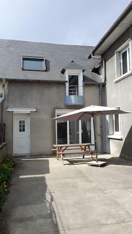 Maison jumelée tout confort cour privée et parking - Juillan - House