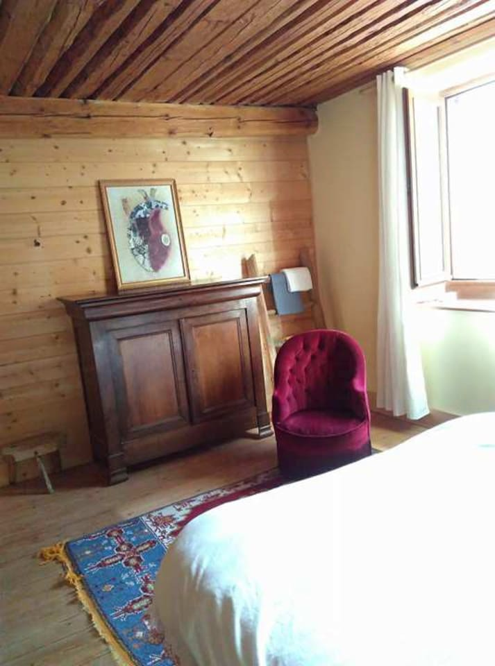 La chaleur du bois, un plafond à l'ancienne remarquable...