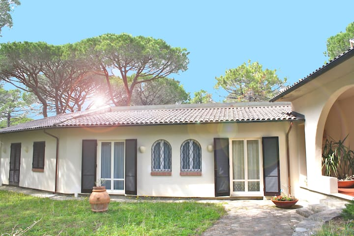 Beautiful Villa for10  by the sea
