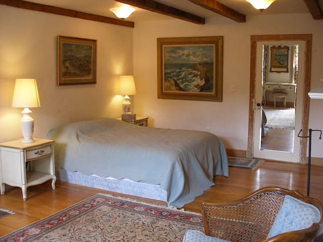 Spacious country elegant bedroom  - Shady - House