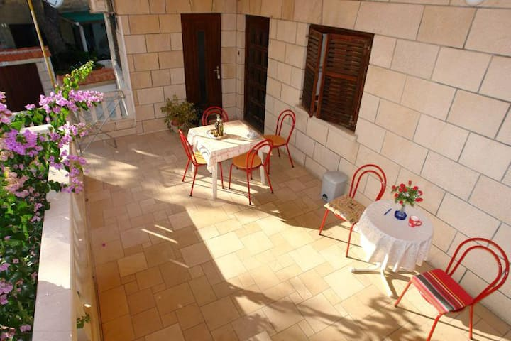 One bedroom apartment with terrace and sea view Sumartin (Brač) (A-2952-a)