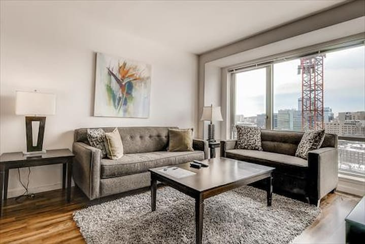 Lux 1 Bedroom by Fenway with washer/dryer & WIFI