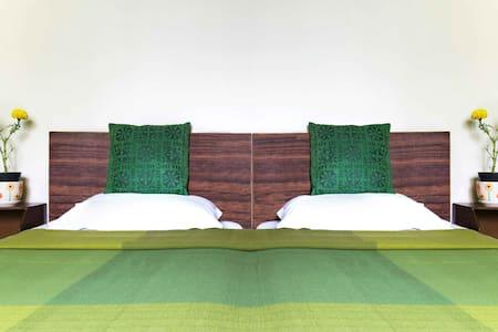 Amber Inn, Cozy Green room in Indiranagar - Bangalore