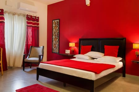 Warm red room in Indiranagar - Bed & Breakfast
