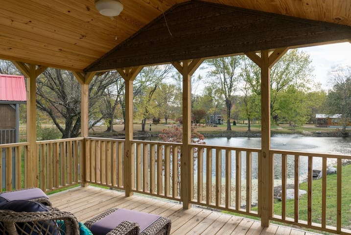 Brigadoon,Tiny Home, Village of Wildflowers Community, just 30 minutes from Asheville, close to Hendersonville and downtown Flat Rock, grocery stores, dining, hiking, theatre, and bet of all a wonderful community, share the pool and firepits, trails. - Hendersonville - Houten huisje