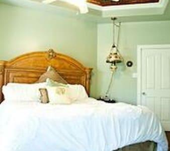 Fairytale Cottage with Hot Tub - Brenham - Casa de huéspedes