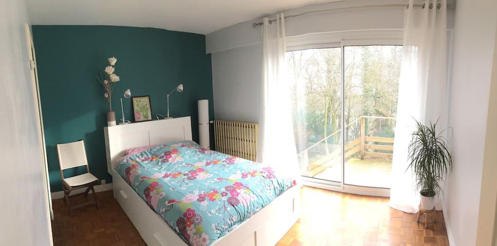 chambre lit double avec terrasse à Bernay