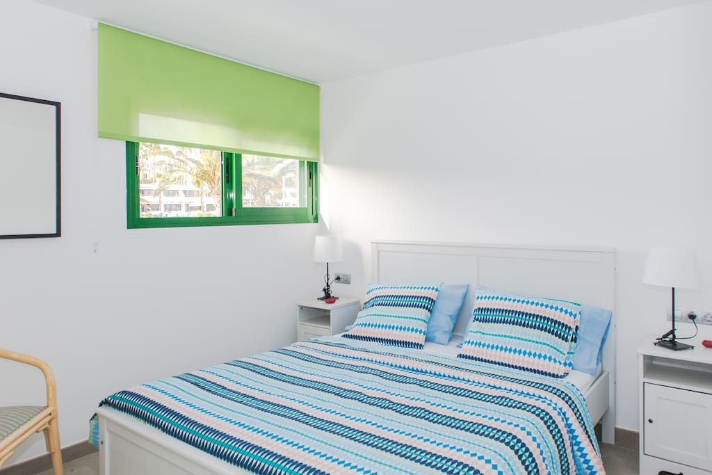 Spacious and well-appointed bedroom - Dormitorio amplio y bien equipado