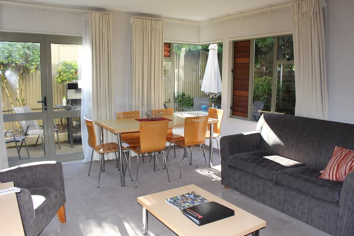 50 m to the lake + pool & Sky, Tui St fab location