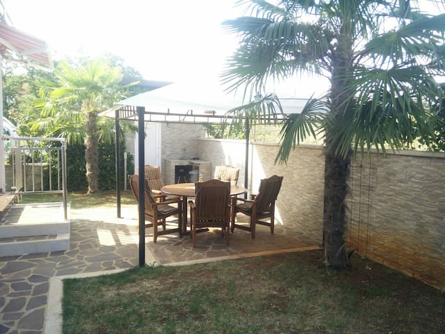 4+1BD APARTMANT/picnic yard/parking - Karigador - Appartement
