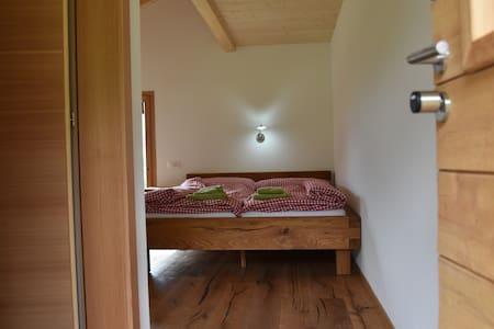 """Der Eingang ins """"Sanderzimmer"""" mit der Türe links ins eigene Badezimmer."""