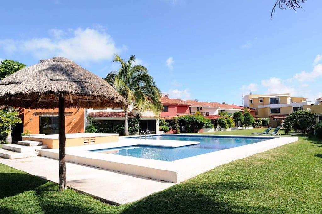 Hotel zone villa 2 beaches area by r r casas de campo for Villas kabah cancun ubicacion