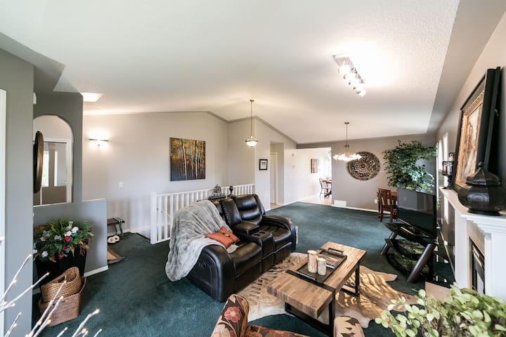 Sleeps 6! Awesome Home in the Southside of Edmonton