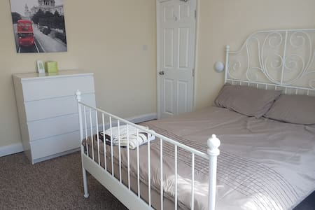 LARGE room walking distance to Airport - Luton - Bed & Breakfast