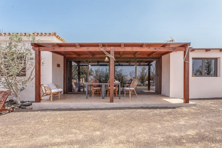 """Idyllic and Secluded Holiday Home """"Oasis en Cotillo"""" with Terrace, Grill, Panoramic View & Fans; Parking Available"""