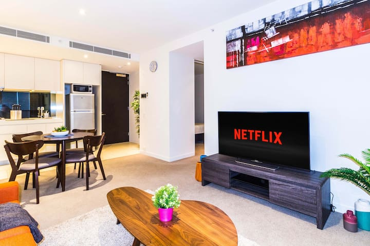 Glorious 2 Bed CBD Apartment on Flinders + NETFLIX