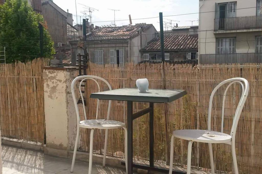 Un café, une bière, une salade, une cigarette c'est agréable d'avoir un extérieur.