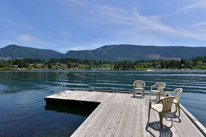 4 Bedroom Home with Private Dock and Hot tub