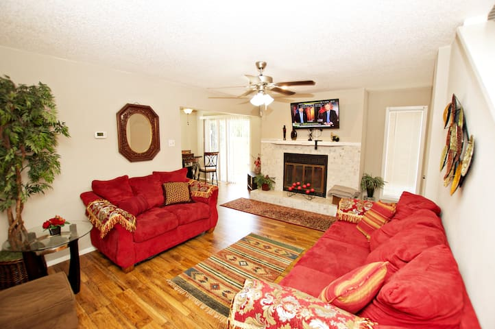 Comfy & quiet townhome with 4 beds near Firewheel.