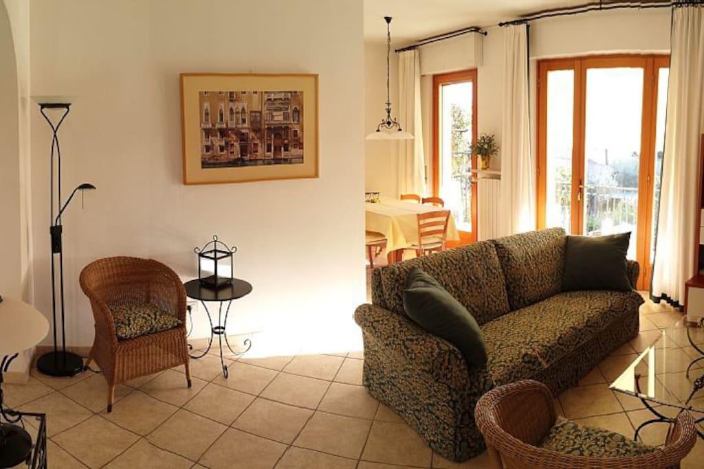 Obere Wohnung: Wohnzimmer West-Balkon
