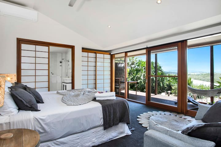 Spacious King Room with Mountain views