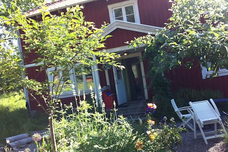 Charming Villa 15 min from Stockholm - ナッカ