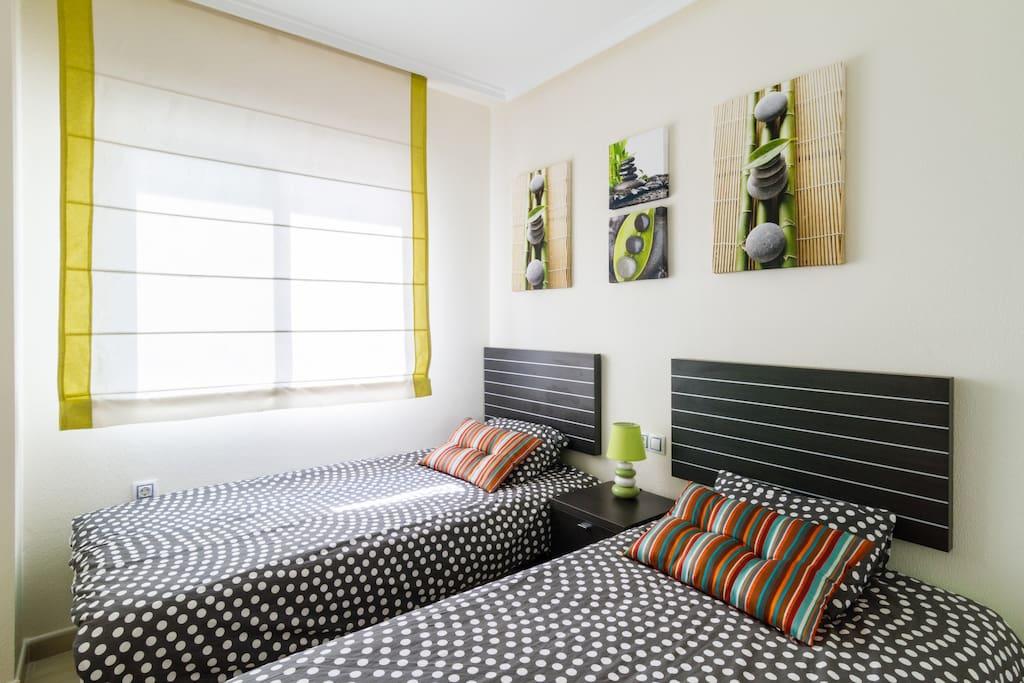 Sypialnia 1 z 2 lóżkami i szafą na ubrania