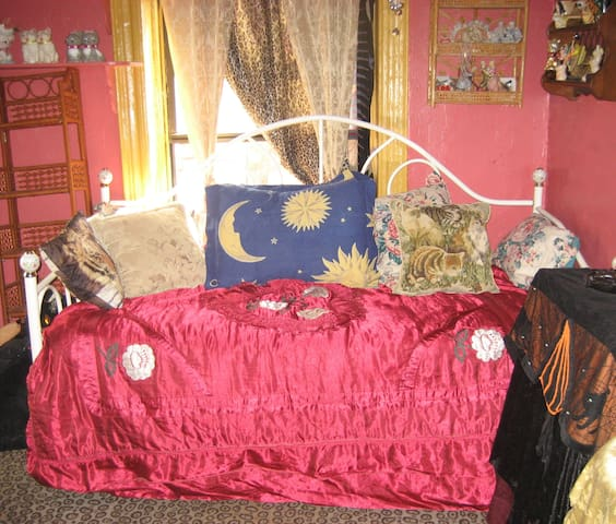F. Artist has W. Village Rm. Avail. - New York - Apartment