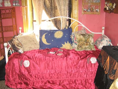 F. Artist has private, furnished room avail. in artsy, comfy, kitschy West Village Apt. I prefer non-smoker, responsible, respectful person. 2 nights min., longer stays possible.Totally awesome, trendy, historic neighborhood, near to all tourism.