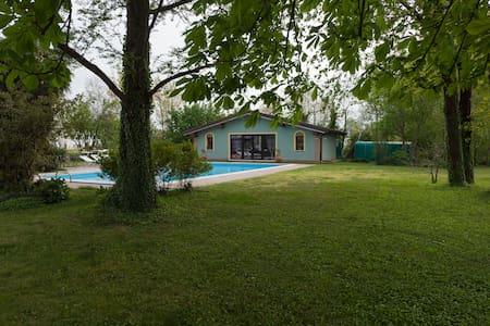 Chalet  nel parco con uso piscina - Curtatone - Kabin