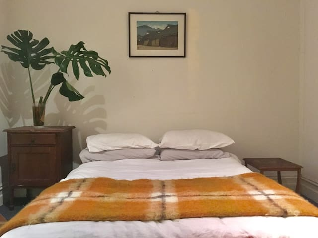 Huge bedroom with private balcony: 11 mins to CBD!