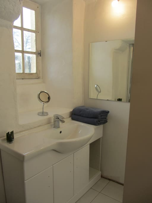 Shower and toilet facilities for guests staying in La Laiterie.