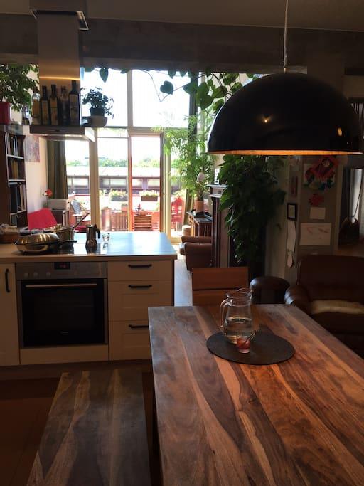 Küche mit Blick auf Wohnzimmer