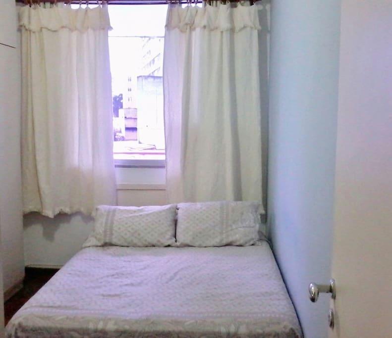 A very comfortable bedroom. Quarto de casal muito confortável.