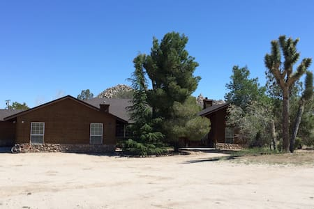 Walk to Pioneertown & Pappys! 4/3 - House