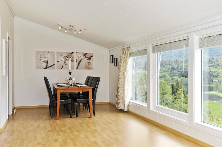Nice home near lake and with mountain view - Bergen