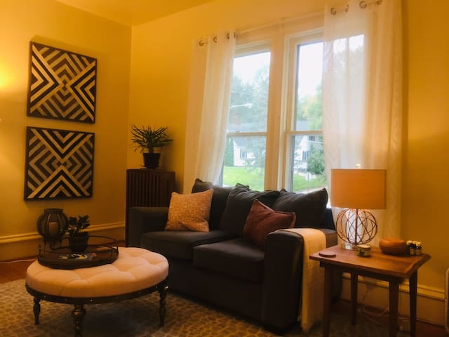 Beautifully furnished 2BR in historic artsy town