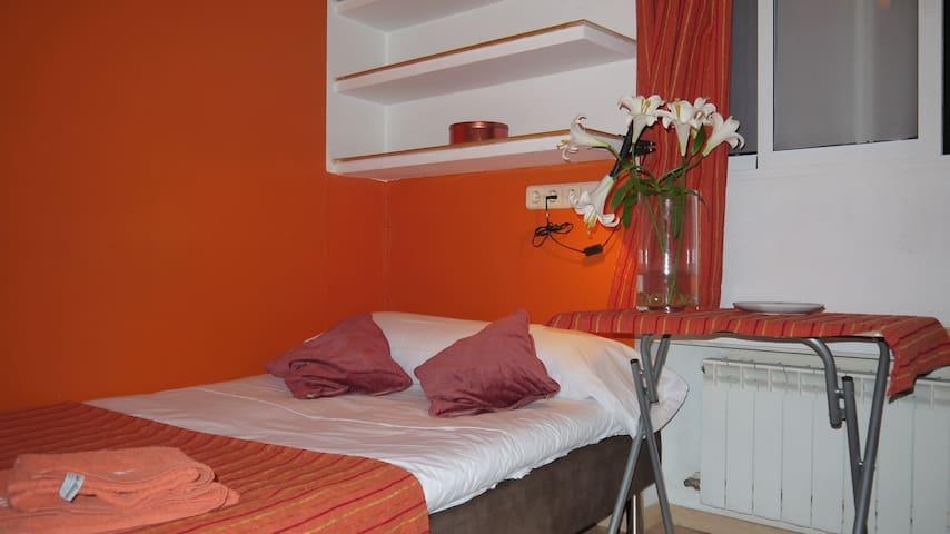 Orange central room Bilbao Chamberi
