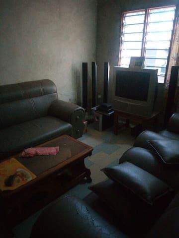 Abomey -Calavi une chambre salon sanitaire équipée