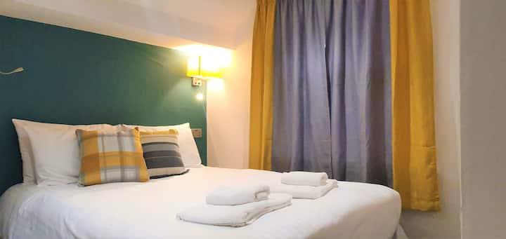 2 Bedroom Apt, Both En Suite inc TVs, Fast WiFi, Old Town