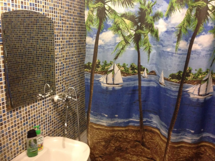 Ванная комната с ванной и душем.