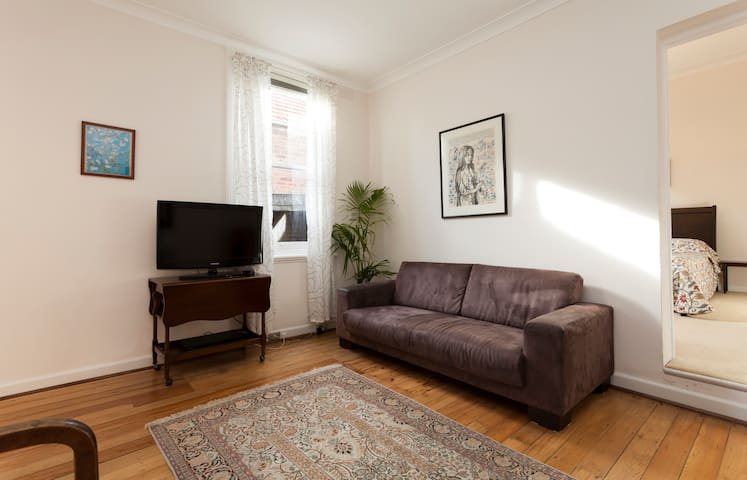 Spacious 1BD with lounge and dining - Leichhardt - Daire