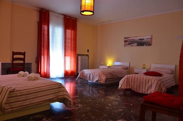 Huge room with balcony, 10 min to Venice