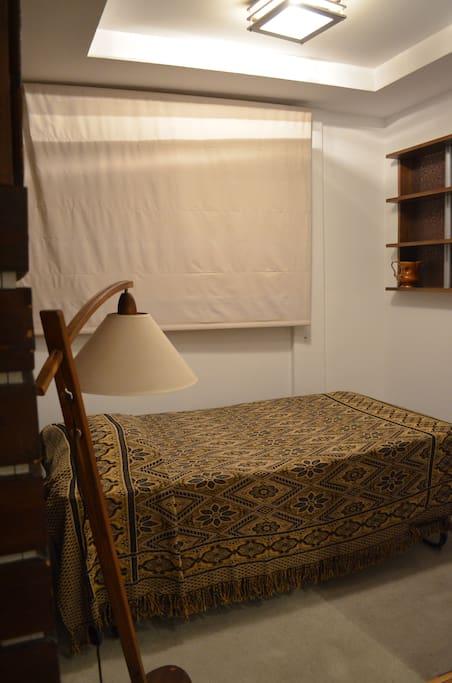 Room 1 It has and extra bed. Tiene una cama extra.
