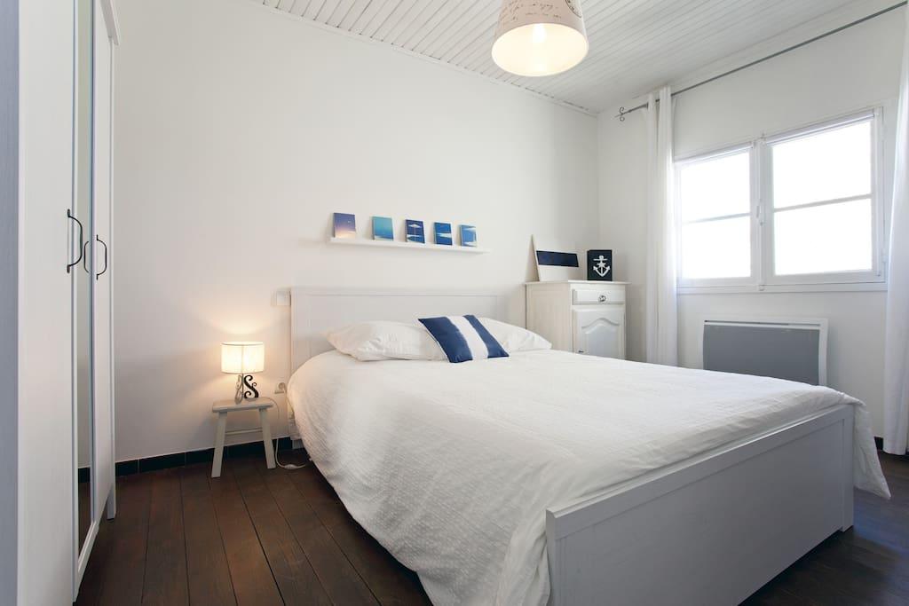 La chambre, lumineuse
