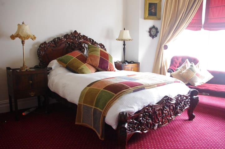 Spacious Double Room Comfy Bed Cotton Sheets - Plymouth