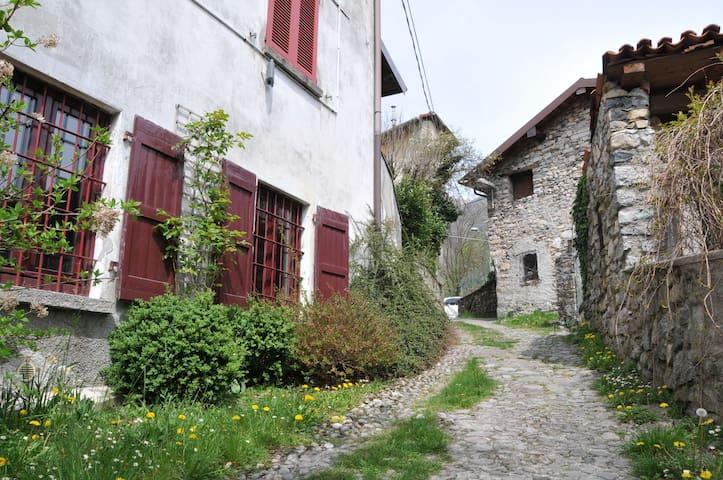 cosy apartment in rural hamlet - Veleso - House