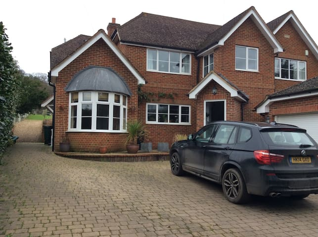 Family home backing onto forest - Hartley Wintney - Casa