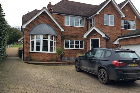 Family home backing onto forest - Hartley Wintney - Rumah